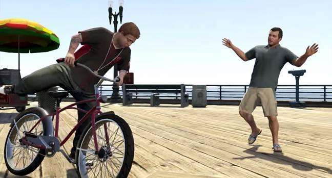 Приезжаем на пляж, там берем велосипеды в аренду и  соревнуемся с Джимми